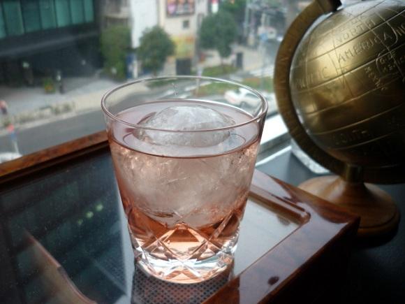 満月の夜に『氷を入れたロゼ・ワイン』を飲むと男子にモテモテ?これって本当?