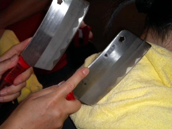 ゴリゴリの肩コリに効果抜群! 鋭い刃がギラリと光る「包丁マッサージ」を試してみた!