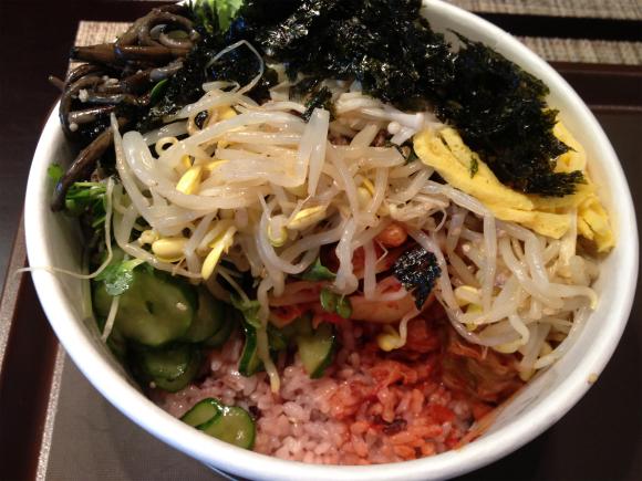 羽田空港にある「ビビンバ取り放題」(1000円)は野菜がたくさん摂れて幸せ♪