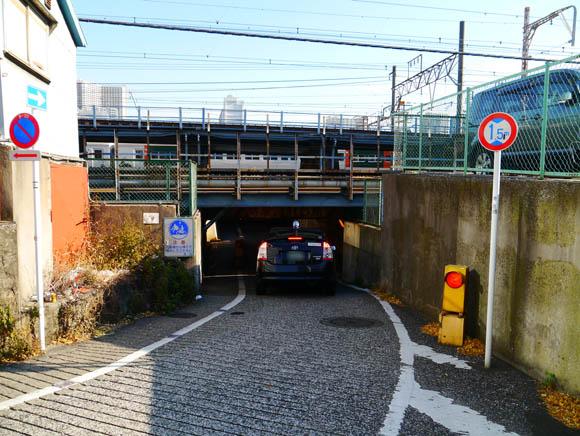 【トリビア】JR田町・品川駅間には車がギリギリで通る「低すぎるトンネル」がある