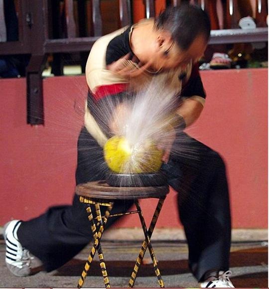 マレーシアで超人に遭遇! ヤシの実を指1本でかち割る大道芸人