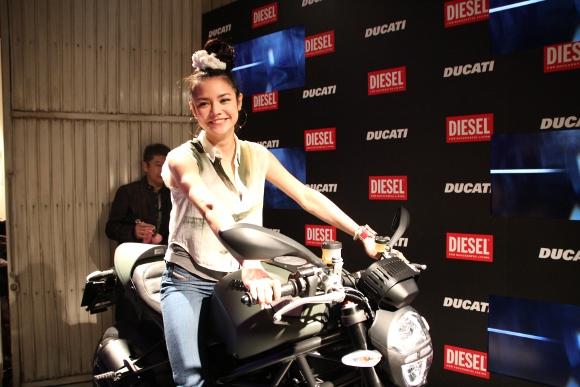 女子が乗ると超かわいい! 「ディーゼル&ドゥカティ」がコラボしたミリタリー風バイク『モンスター ディーゼル』