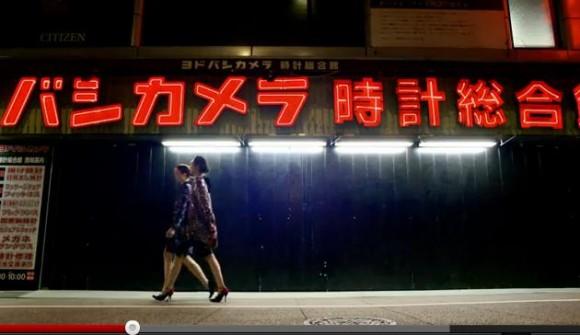 高級ブランド服とド派手なネオンのコラボレーションが秀逸! 新宿で撮影されたアルマーニ2012-13年秋冬広告