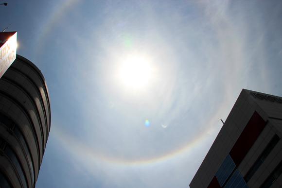 メッチャきれいな光の輪! 東京の空に虹色のリングが出現!!