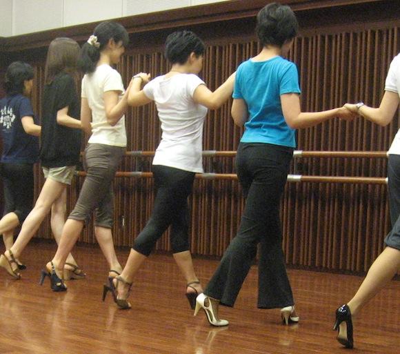 「ヒールで美しく歩くコツ」を身につけて足を1.5倍長く見せよう!