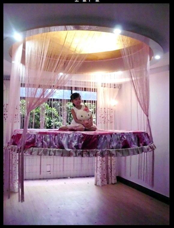 中国の斬新アイディア! 子どもが大喜びそうな天井に格納できる「宙に浮いたベッド」登場!!
