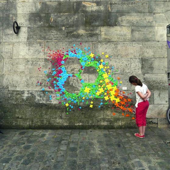 これは斬新!平和への祈りを込めた折り紙で作るストリートアート