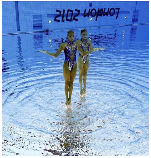 まるで水面に立っているかのよう! シンクロナイズドスイミングの神秘的な瞬間を捉えた写真