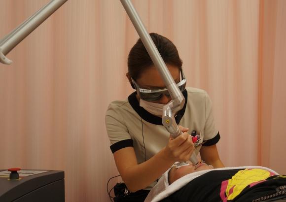 最新の美容機器でツヤ肌に! 小顔効果抜群の「エクシリスRF」と、ニキビ跡や肝斑に効果ありの「メドライト C6」を体験してみたよ