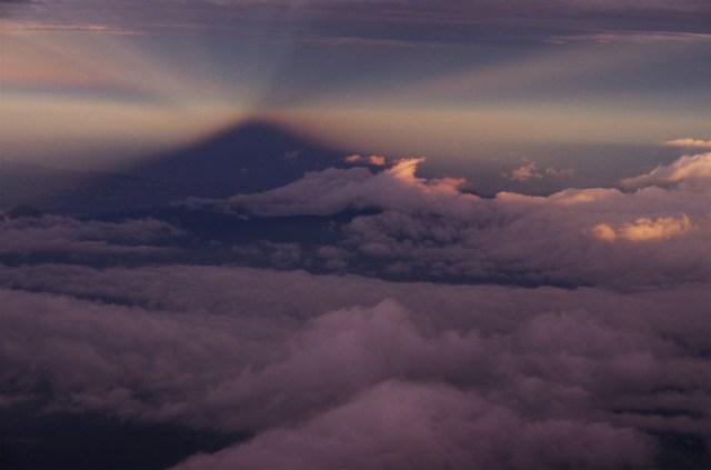 世にも幻想的! 条件が重ならないと見られない後光がさす「影富士」 を激写したよ