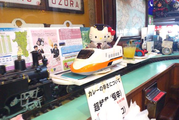 汽車がカレーを運んでくる! 祐天寺の名物店「ナイアガラ」はすべてが鉄道スタイルの異空間だった!!