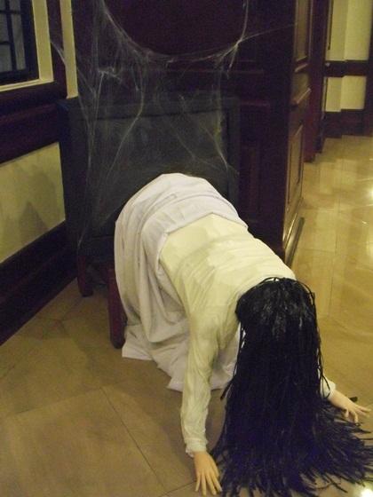 ひぃぃぃ、貞子出現! マンションのロビーに出現した気味が悪いハロウィン装飾