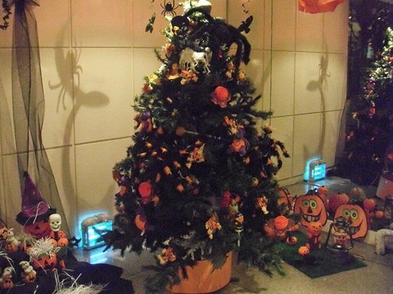 クリスマスツリーをハロウィン風にしてみたよ! 今からでも遅くないハロウィンデコレーション