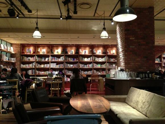 世界の本が読み放題! 2500冊もの本が読める新宿カフェ「ブルックリンパーラー」に行けばメチャクチャくつろげるぞーーッ!!
