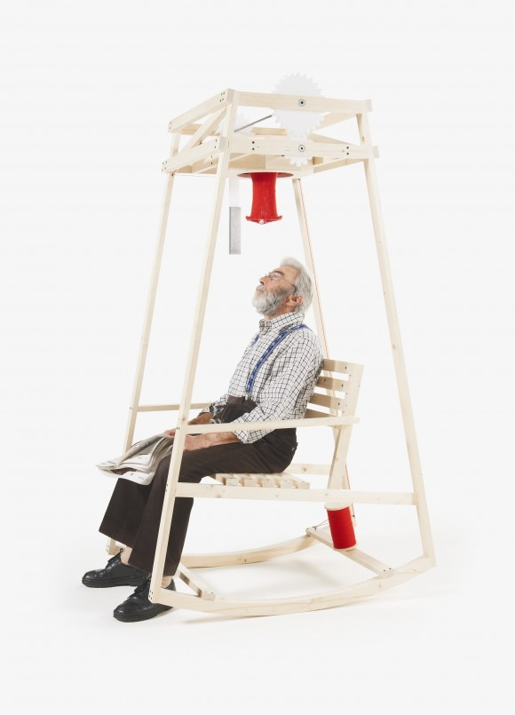 座っているだけでニット帽の原型が編みあがるイス登場!頭上から下りてくる様子がシュールすぎて笑える
