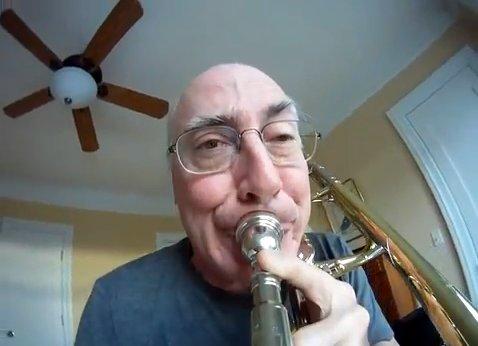 近づいたり、離れたり、おもちゃみたい!おじさんがトロンボーンを吹く動画に大爆笑