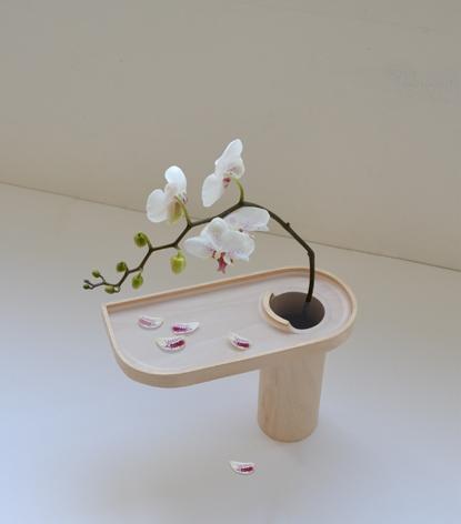 フランス発なのにどこか日本的! 散ってしまった花びらまで楽しむことができる花器『Vas Exaruit』