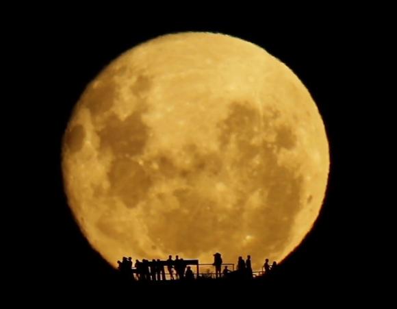 月が昇る様子をとらえたリアルタイム動画があまりにもシンプルで美しい