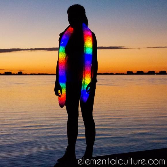 未来のファッション先取り!? 暗闇で虹色に光るマフラーが発売中だよーっ!