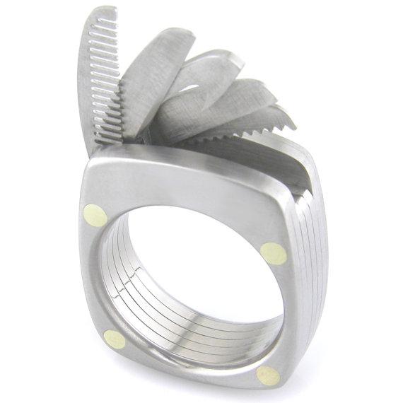 ただのアクセサリーだと思うなかれ! ナイフや栓抜きなどマルチな機能がついたニュータイプの指輪を発見ッ!