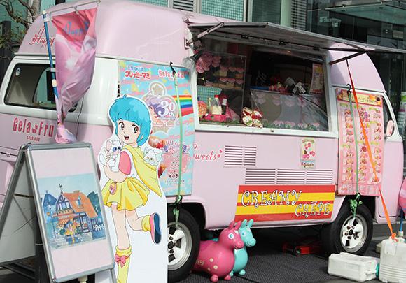 魔女っこオトメ必見☆ 新宿で『クリィミーマミ』の実家のクレープ屋さんがオープンしてるのっ! 人気のイラストマカロンも