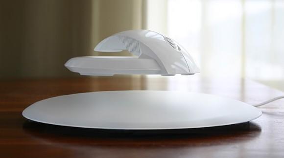 マ、マウスが宙に浮いとる~っ!! クールで近未来的、だけど手首への負担もちゃ~んと軽減してくれる安心設計なワイヤレスマウス