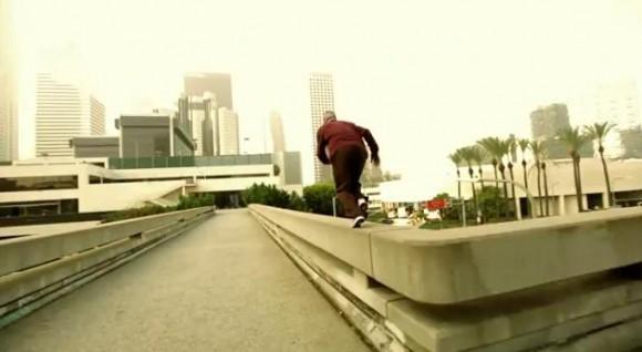 ハラハラしっぱなしの3分半!! 齢90歳男性が、宙返りや跳んだりしながら街中を疾走する動画