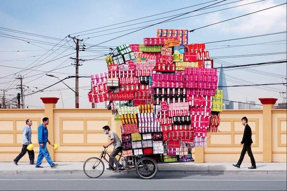 「積みすぎっ」とツッコミたくなること必至! 中国の運び屋さんたちの写真に込められた社会批判