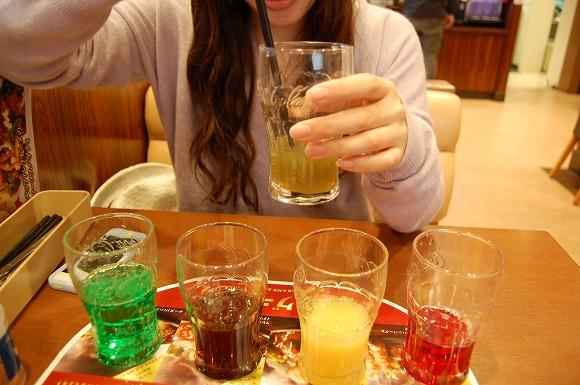 「コーヒー×コーラ」はビール風味に変身!? ドリンクバーでドリンクの美味しい組み合わせを検証してみた!