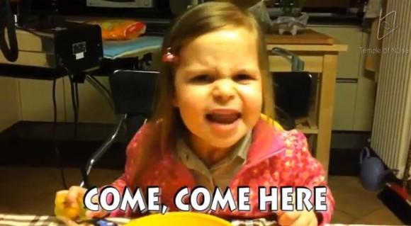小さいながらド迫力!! 渋い睨みをきかせながら『赤ずきん』の歌を熱唱するハードロック幼女
