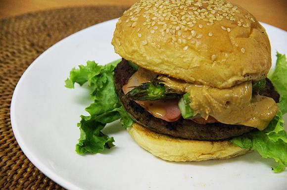【フレッシュネス】千葉県のアウトレット店限定『ピーナッツバターバーガー』を食べてみたい!! 現地まで行けないのでクラシックバーガーで作ってみたら、めちゃウマでござった!!