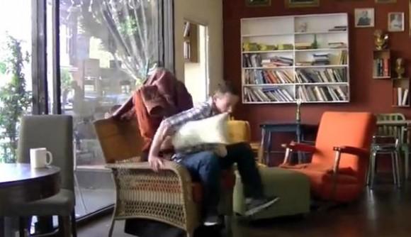 これぞホントの人間椅子!? 思わずププッと笑っちゃう「椅子のクッションに扮し、座った人をビビらせる」ドッキリ映像