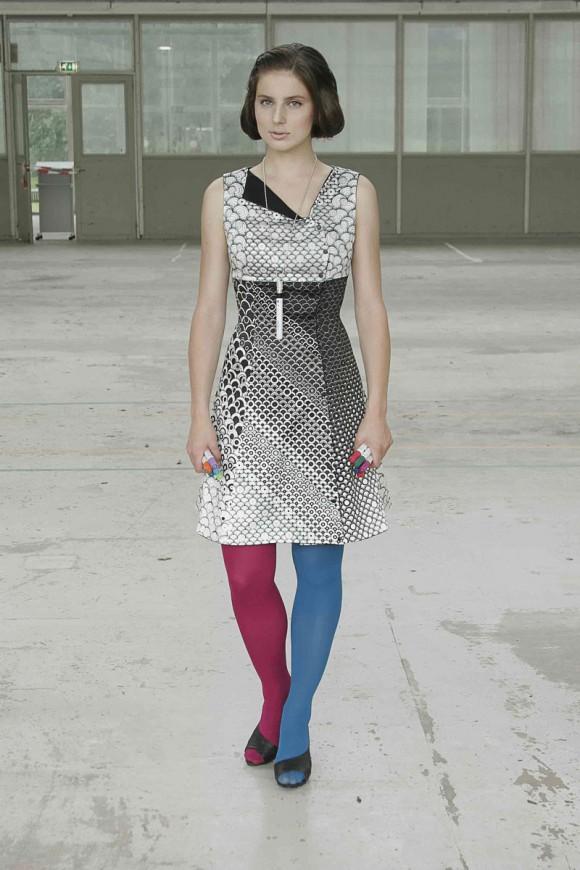 こりゃまた斬新な! 自分で色を塗って完成させる、ぬり絵ドレス『COLOUR-IN DRESS』