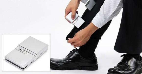 出張が多い方はマストハブ! 洋服に折り目をつけてくれるカード型の『携帯ズボンプレッサー』