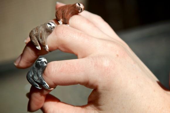 癒されるぅ〜! 指にぴったり寄り添う姿が可愛過ぎるナマケモノリング