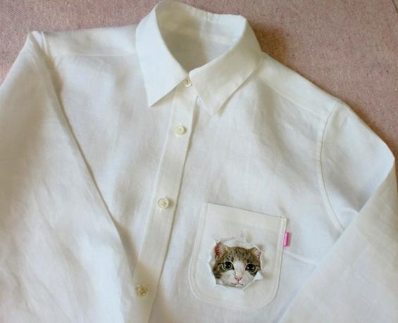 こっちをジーッと見てる!! ポッケからちょこんとお顔を出した「ねこシャツ」がカワエェ〜ッ!