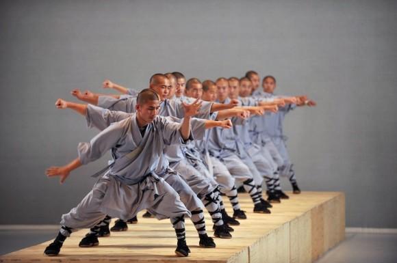 少林寺拳法とコンテンポラリー・ダンスがコラボ! 伝統とモダンがミックスした魅惑的な舞台が完成