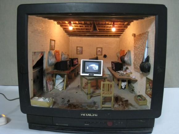 雑然とした雰囲気が妙にリアル…使わなくなったブラウン管テレビがミニチュアハウスに大変身!
