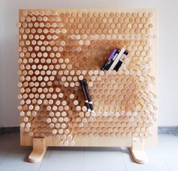 この発想はなかった! クギみたいな棒を挿しこんで自在に形や幅を調整できちゃう棚『Pin Pres』