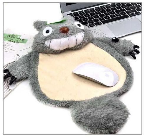 超クールな「となりのトトロ」のマウスパッド/ふんわり柔らかいトトロのお腹の上でマウスを操作できるぞ!!