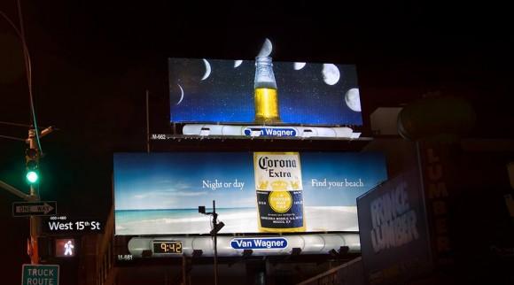 一瞬の奇跡! ライムではなく「本物のお月さま」をコロナビールに突き刺した看板がロマンチックすぎる!!