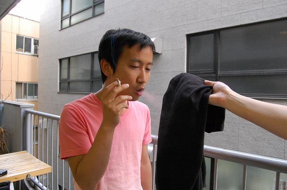 【実験】衣類についたタバコのニオイを簡単にやわらげる方法/衣類をぶんぶん激しく振るだけで消臭効果があるらしい!!!!!