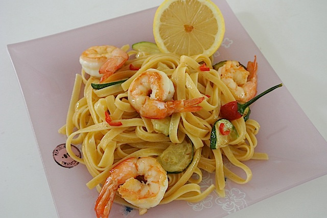 一緒に作りたい! 外国人の彼向けご飯レシピ /オーストラリア編「海老とズッキーニのレモン風味パスタ」