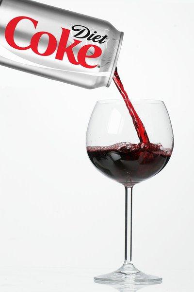 いったいどんな味? ワイン大国フランスで「コーラ味のワイン」が発売される