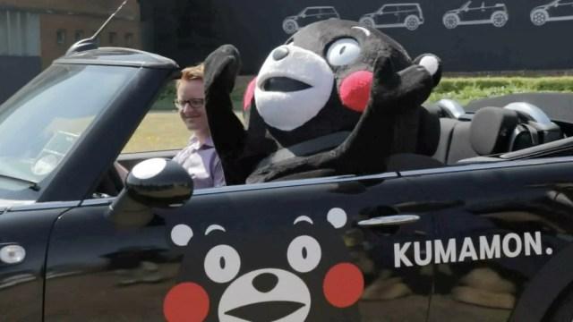 英国でくまモンが「くまモンMINI」に乗って大はしゃぎ!/地元の大人気クマ・パディントンベア™と熱い抱擁も!!