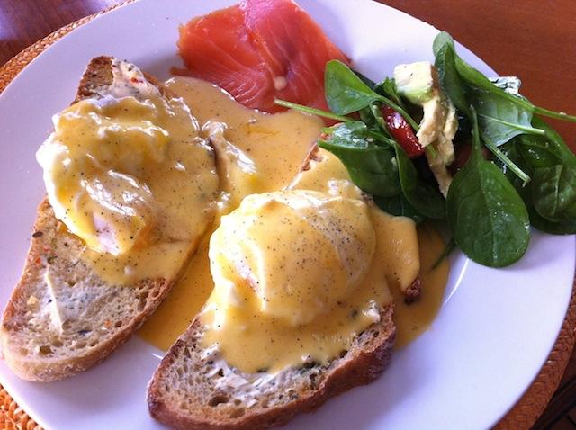 濃厚な卵のソースがとろ〜り、カフェで大人気の「エッグズベネディクト」/ 外国人の彼ご飯レシピ〜アメリカ編〜