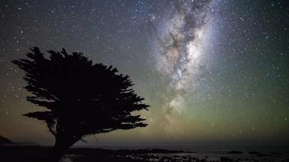 高速で流れゆく雲、瞬く無数の星!  3年に渡り撮影しつづけたニュージーランド荘厳な夜空