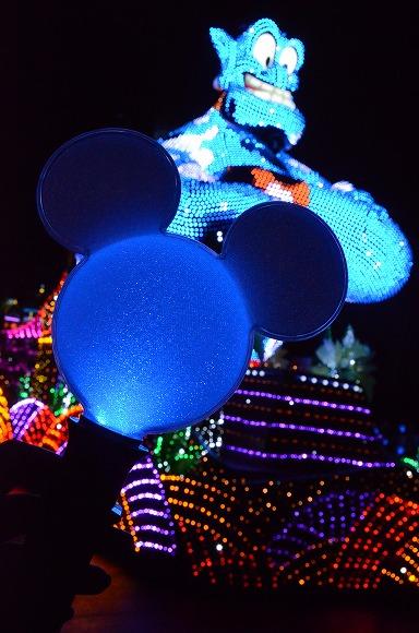 【東京ディズニーランド】まさにディズニーマジック!!! パレードの音楽に合わせて虹色に輝く「魔法のステッキ」が登場したのだ