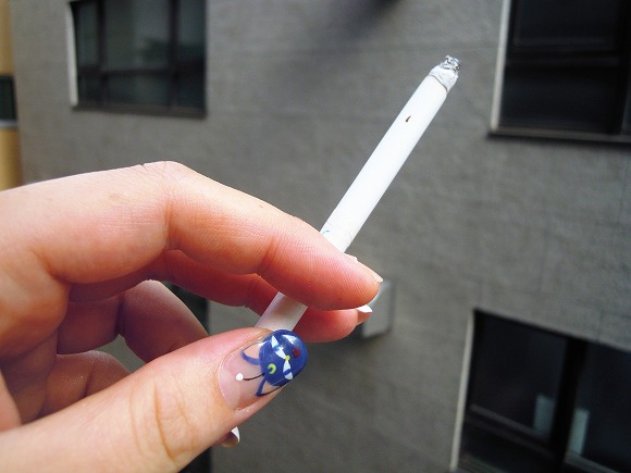 「歩きタバコ」って超迷惑だよね! モデルの菜々緒さんも苦言「自分の彼氏だったらトリプルビンタですね」