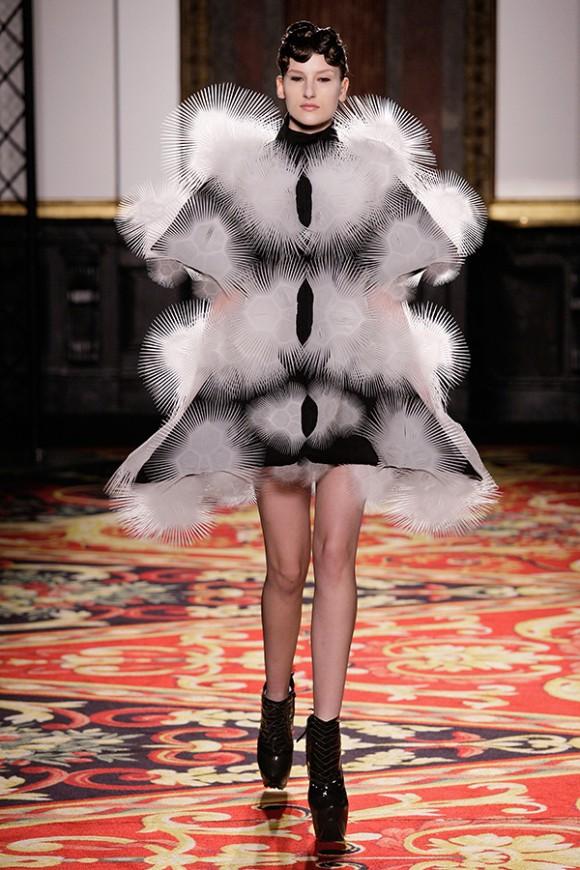繊細なラインが美しすぎる! 3Dドレスに3Dシューズ…建築家とコラボした「イリス・ヴァン・ヘルペン」の秋冬コレクション